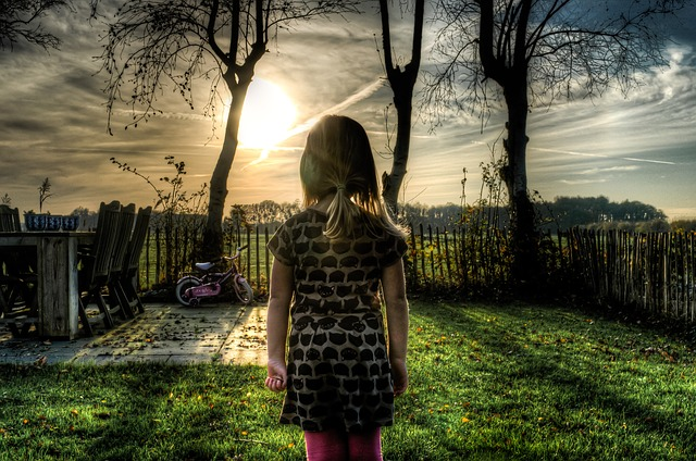 děvče na zahradě