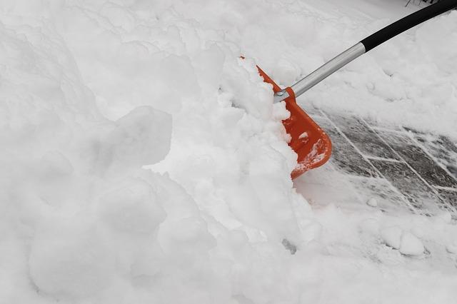 odklízení sněhu hrablem
