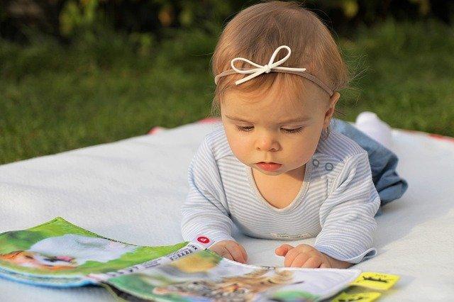 holčička čte knížku