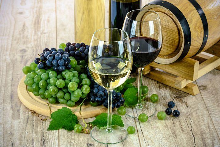 víno ve sklenicích